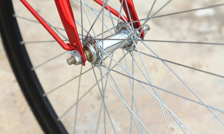 בנתניה רוכבים על אופניים עם קסדה