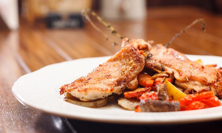 מתכון צהריים קיצי: חזה עוף ברוטב ירקות