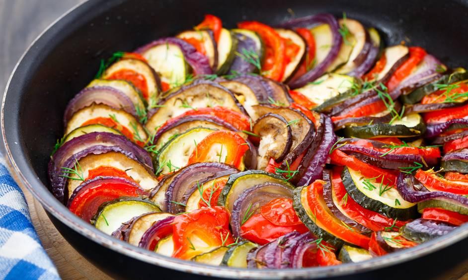 רטטוי ירקות מוקפצים וגבינת לאבנה