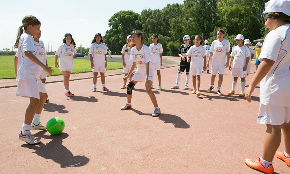 בנות נתניה משחקות כדורגל. צילום עודד קרני