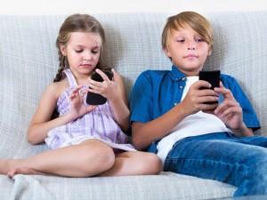 נתניה: שבעה מכל 10 ילדים מסתכנים במעבר חצייה בגלל הנייד