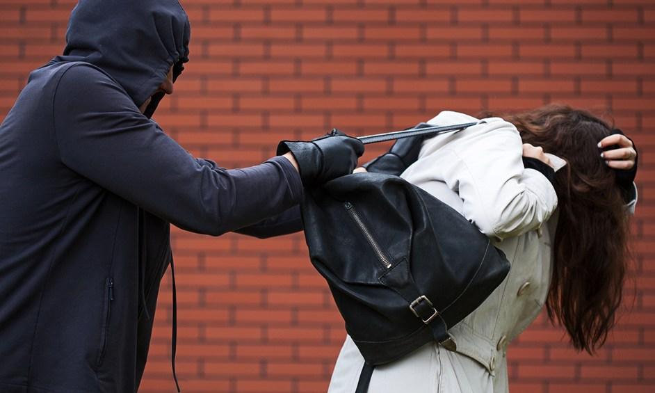 בן 16 נעצר לאחר שתקף ושדד אישה