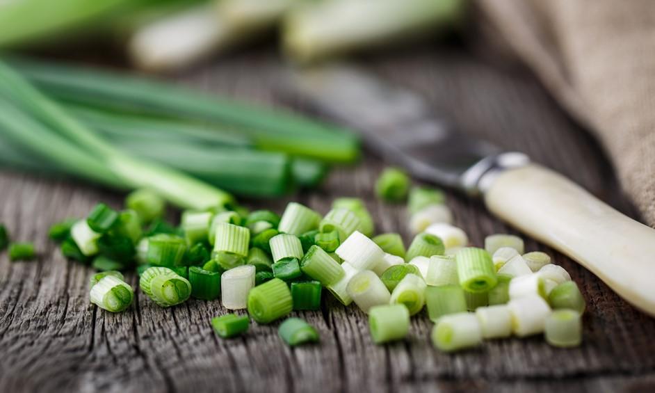 סלט עשבי תיבול הכולל בצל ירוק, נענע, רימונים, בוטנים ועוד - נתניה מבשלת