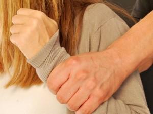 חשד-תקף את זוגתו ושוחרר