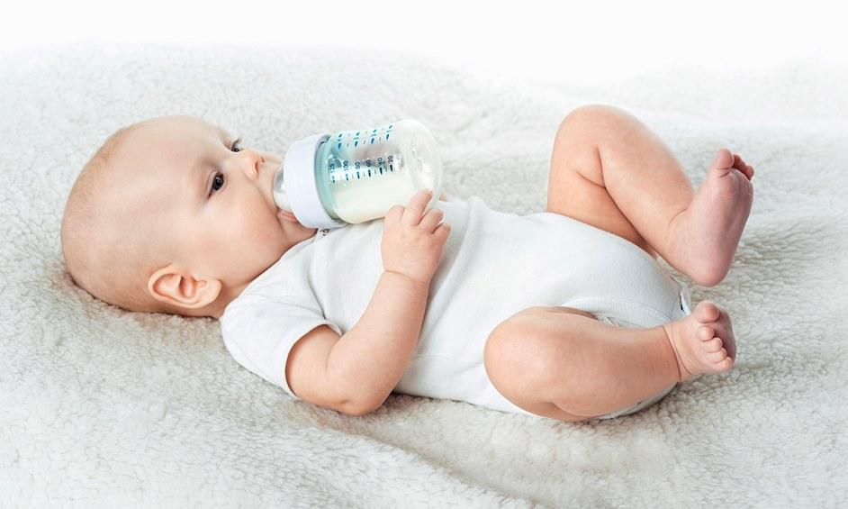 פגיית לניאדו, תינוק עם בקבוק