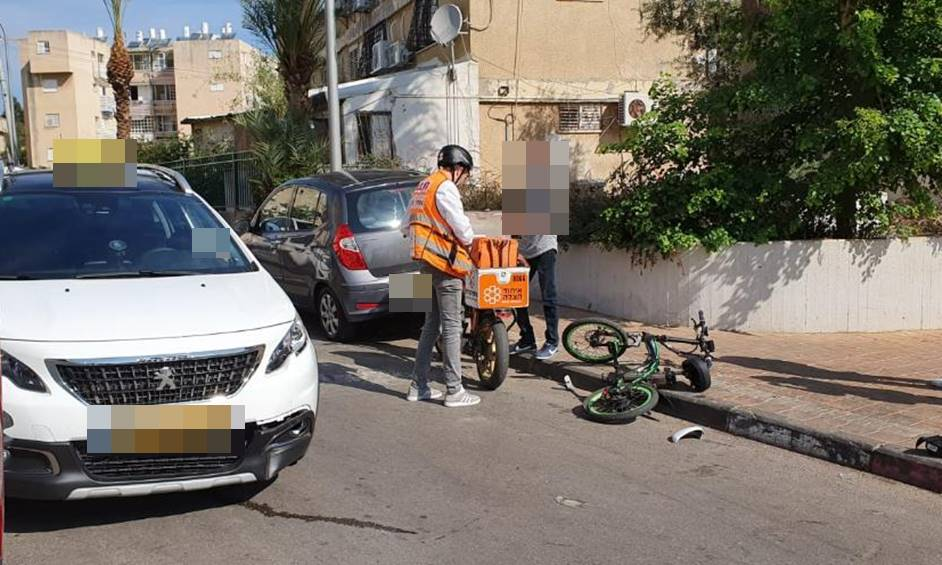 נתניה: פצוע בינוני בתאונת דרכים בין אופניים חשמליים ורכב