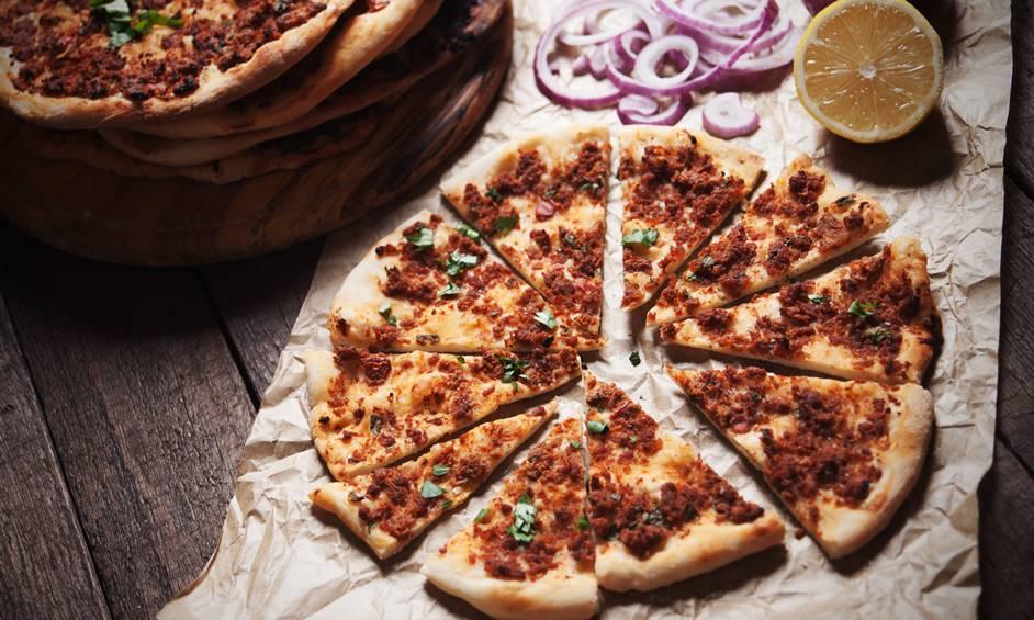 לחמא בעג'ין (ספיחה) – פיצה בשרית פאר המטבח הטורקי