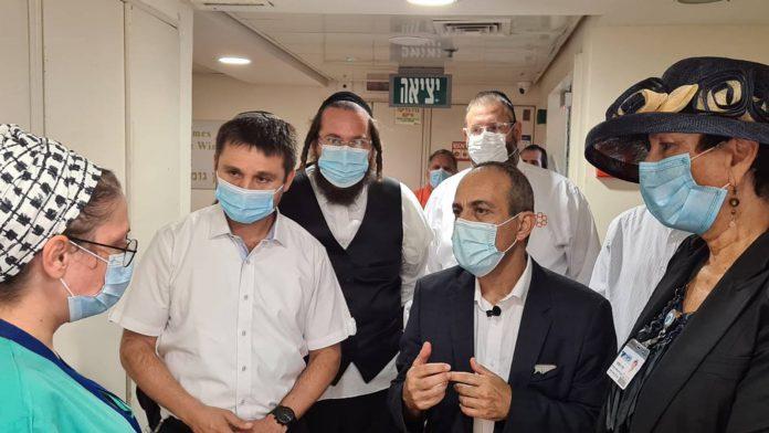 הפרויקטור הלאומי רוני גמזו ביקר בבית חולים לניאדו - שיבח על ההישגים במלחמה בנגיף הקורונה