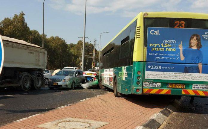 שישה פצועים בתאונת שרשרת שארעה בצומת כביש 57 לרחוב דגניה בנתניה