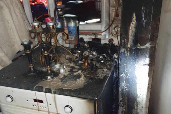 נזקים כבדים לדירה בנתניה בעקבות חנוכיה דולקת. צילום כיבוי אש - נתניה