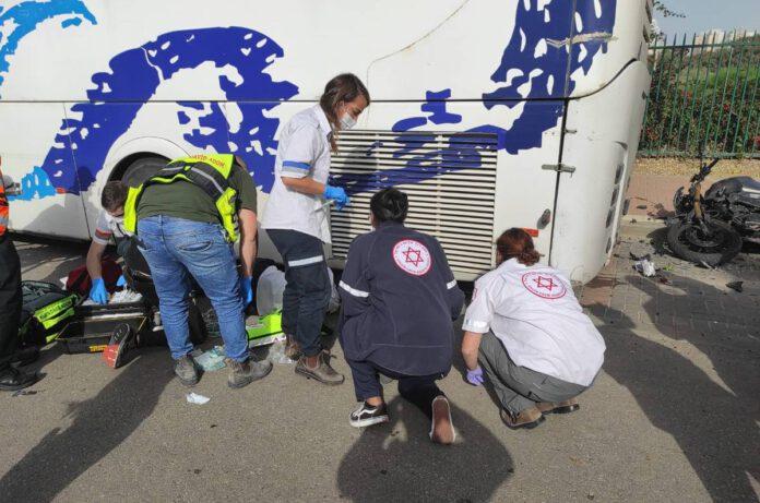 חילוץ הצעיר מתחת לגלגלי האוטובוס בשדרות בן גוריון בנתניה