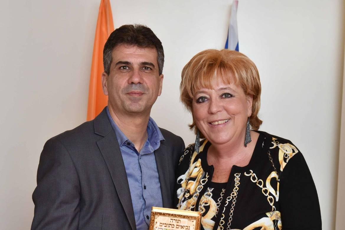 שר המודיעין השר אלי כהן יחד עם ראש עיריית נתניה מרים פיירברג איכר - תכנית הקמת כיתות סייבר בנתניה