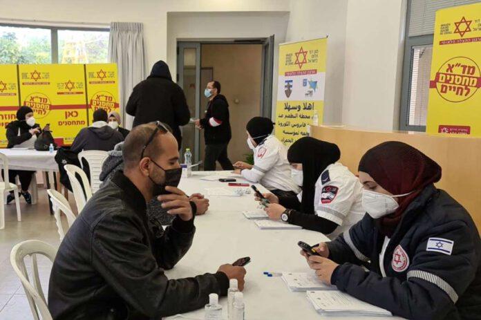 חיסון לעובדים פלסטינאים באזור נתניה - מחסום שער אפרים