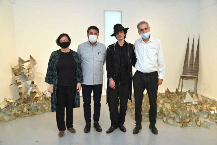 האמן איציק בדש בפתיחת התערוכה
