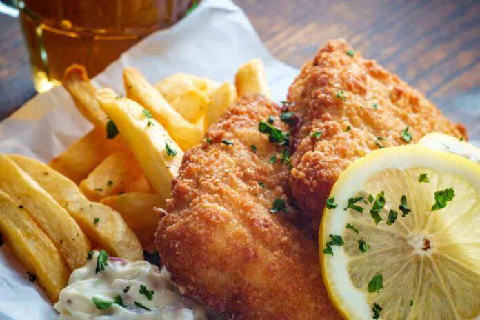 אז איך משכנעים את הילדים לאכול דגים? באמצעות פיש אנד צ'יפס. מצפים נתחי דג בבלילה עשירה, מטגנים ומגישים עם צ'יפס פריך במיוחד. המבוגרים ילוו את המנה עם כוס בירה צוננת